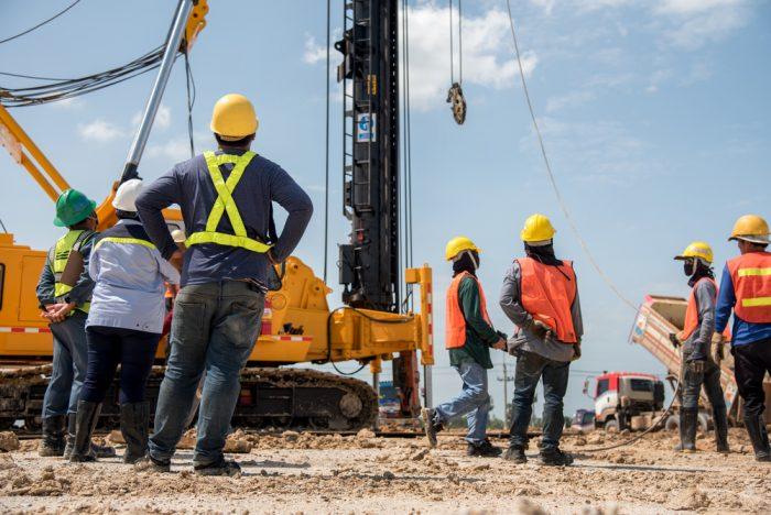trabajadores con casco en construccion e1503484998914 - Cómo Prevenir los Accidentes de Trabajo con Grúas