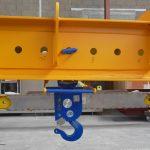 Automatic hooks on adjustable lifting beam