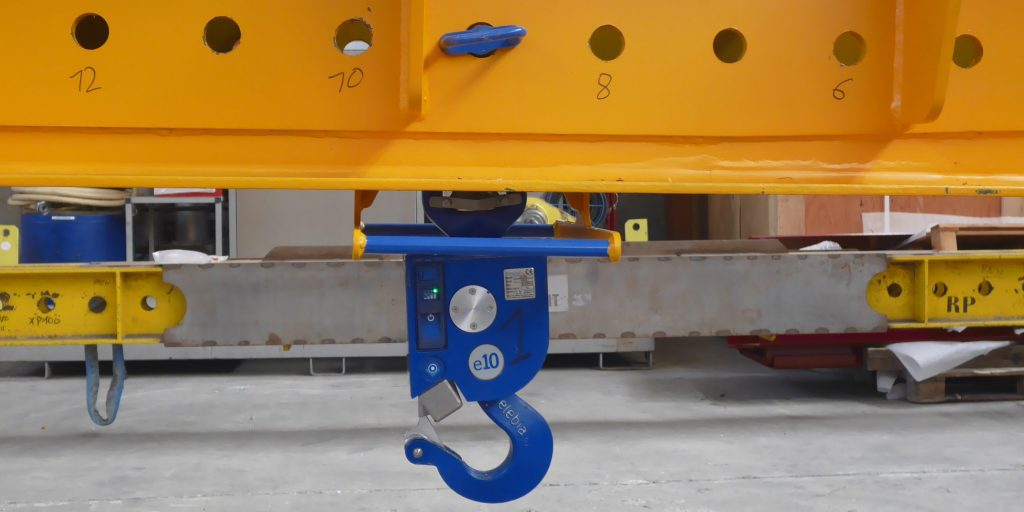 Automatic hooks on adjustable lifting beam